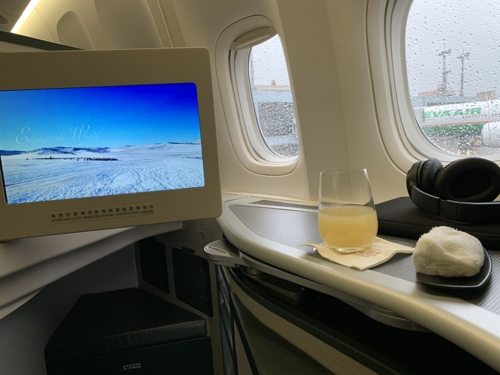 EVA Air Business Class Boeing 777-300ER Taipei to Bangkok Review welcome rink