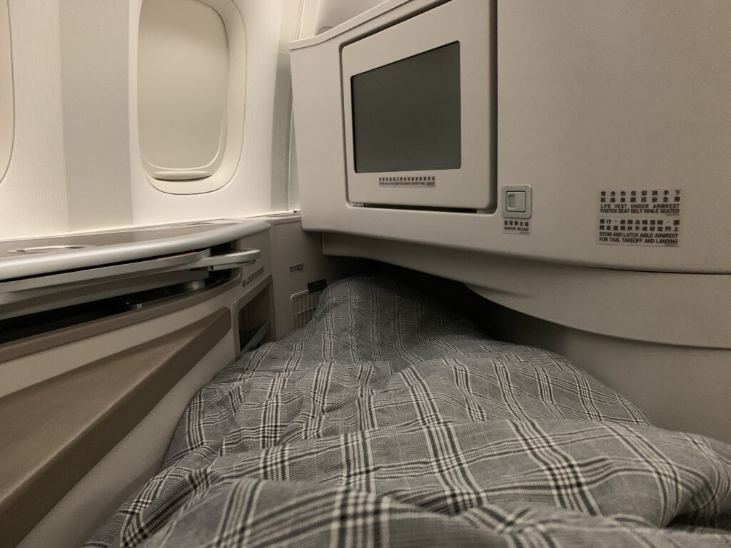 https://www.moneywehave.com/eva-air-boeing-777-300er-business-class-toronto-to-taipei-review/ seat lie flat